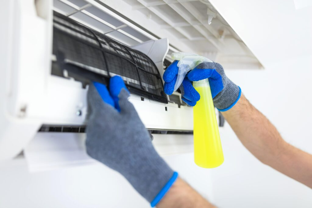 業務用エアコンは専門知識がないとちゃんと清掃できない