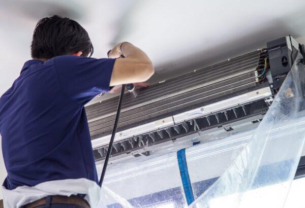 コストを抑えるために業務用エアコンは自分で清掃した方がいい?それともプロに依頼した方がいい?