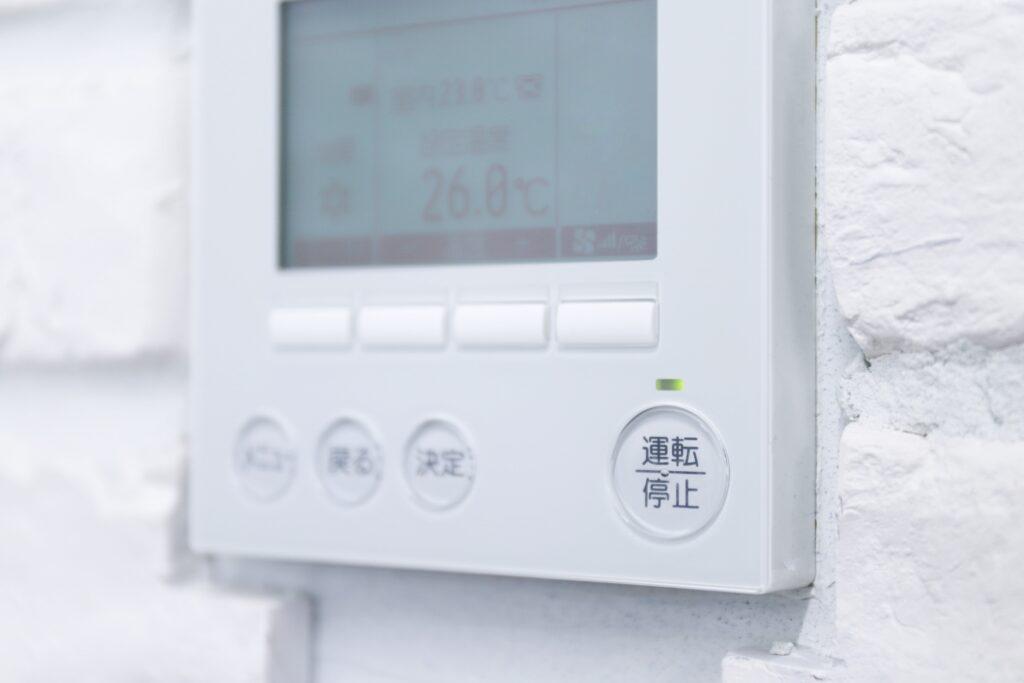 エアコンの設定温度を極端にしたり、電源をつけたり消したりするのも原因の一つ