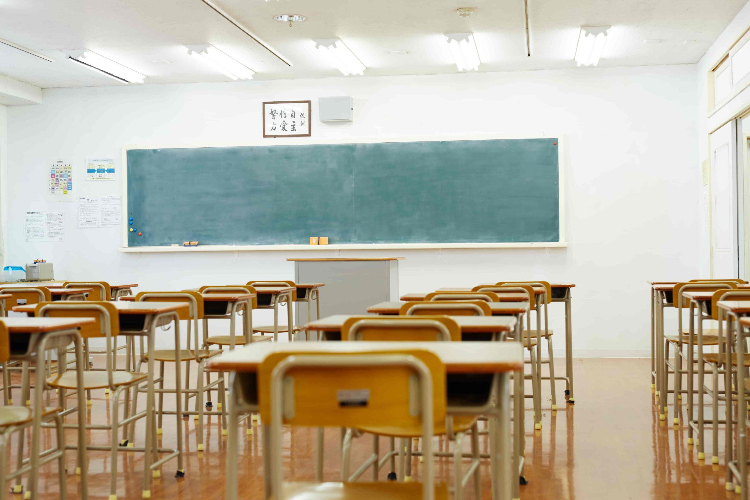 学校は一つの教室に数十人が集まり、人との距離も近い