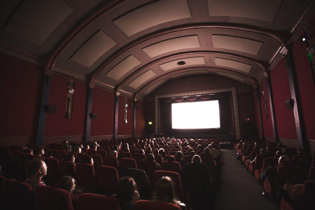 """映画館などは""""3密""""になっている?"""